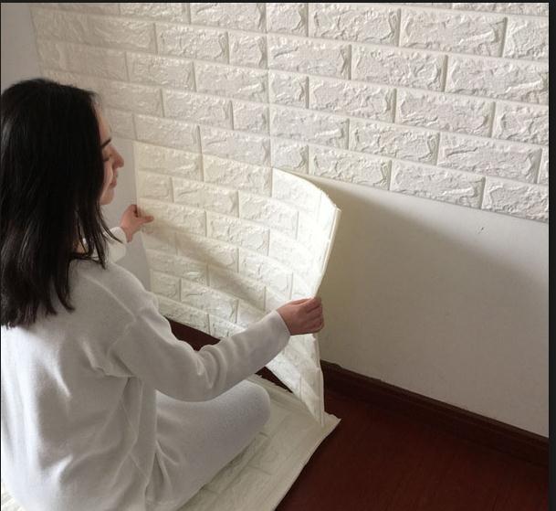 Xốp dán tường rất dễ dàng thi công các bạn hoàn toàn có thể tự dán mà không cần thuê thợ