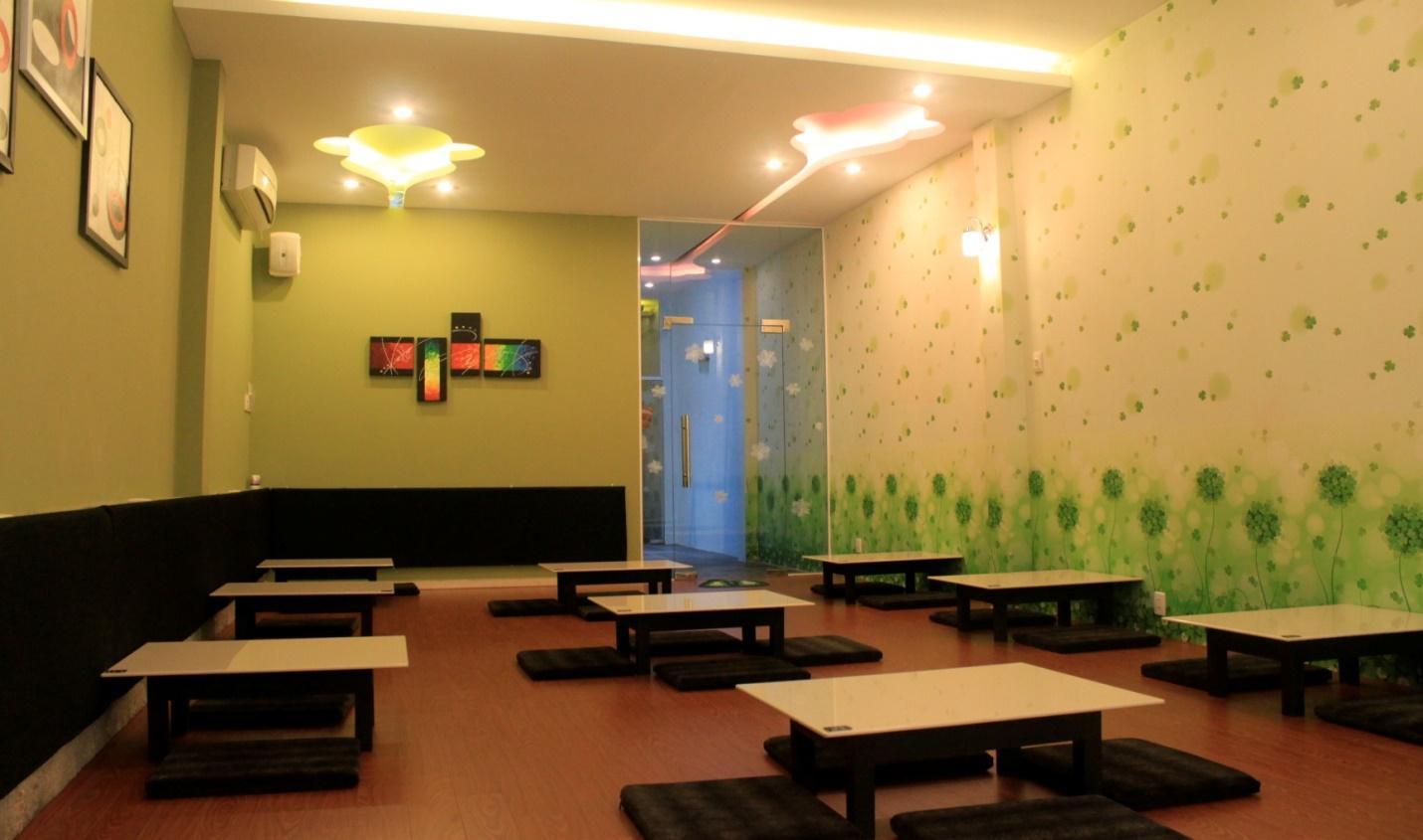 Giấy dán tường với hoa cỏ màu xanh lá giản dị
